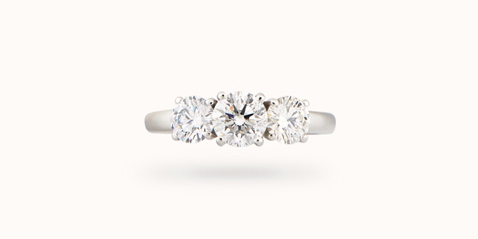 Bague solitaire Trio - Or blanc 18K (4,30 g), 3 diamants 1,45 cts - Face - Courbet