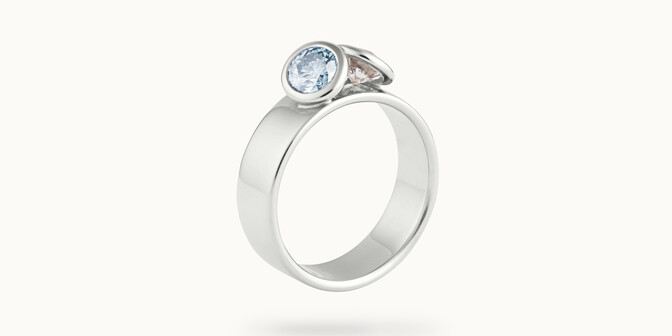 Bague 2 Courbet - Or blanc 18K (7,00g), 2 diamants (1 bleu) 1ct -Côté - Courbet